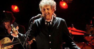 """Bob Dylan cerró su concierto en Sevilla con """"miralá cara a cara"""""""