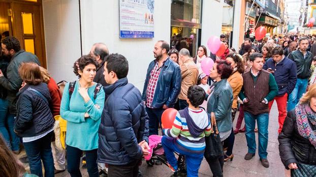 Cientos de sevillanos comienzan a hacer cola para el belén de Cajasol