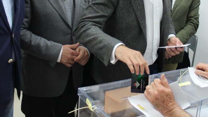 """Socios del Betis y Sevilla meten por error el carnet en la urna. """"Estamos muy nerviosos"""""""