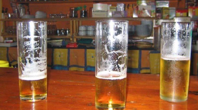 Denuncia a un bar por tomarse seis cervezas y que no le pusieran ni unas avellanitas
