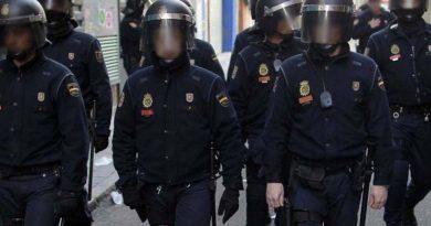 Los antidisturbios se preparan para el asalto de los sevillanos a los primeros bares abiertos