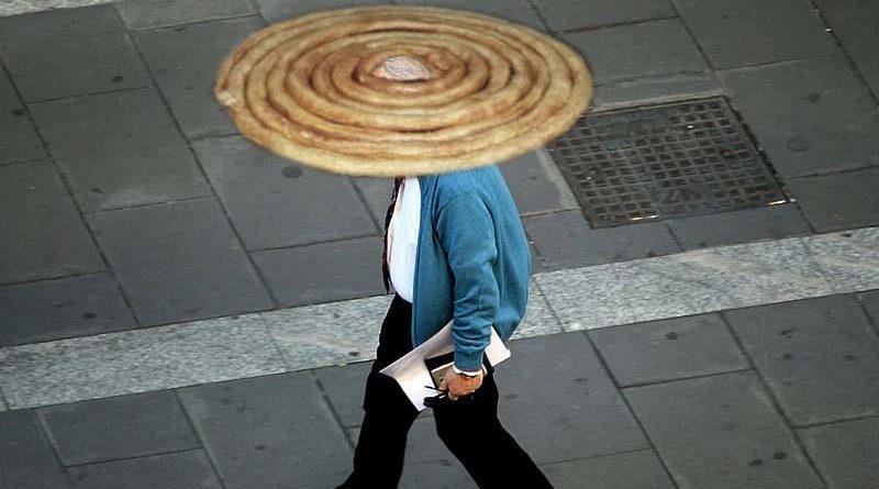 Se ponen rueda de churros en la cabeza para mantener la distancia de seguridad