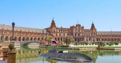 Aparece un submarino ruso en la plaza de España